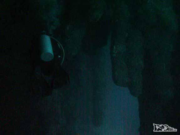 Mergulhando nos estalactites do Blue Hole, a 40 metros de profundidade. na grande barreira de corais de Belize