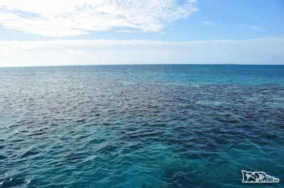 Navegando sobre o Blue Hole, na grande barreira de corais, em Belize